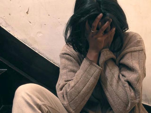 Pesta i figli con bastone e cintura: arrestato cinese di 65 anni