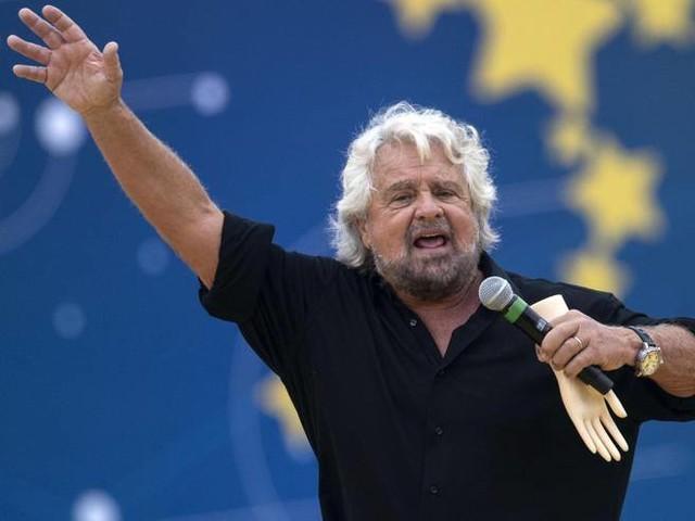 La provocazione di Beppe Grillo: «E se togliessimo il voto agli anziani?»