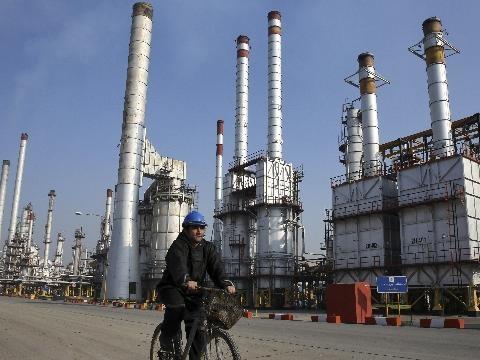 Petrolio:prezzo resta sopra 65 dollari