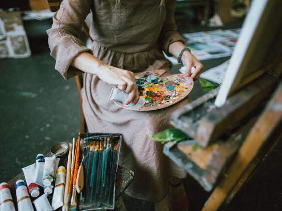 Perché l'arte femminile è venduta sotto costo?