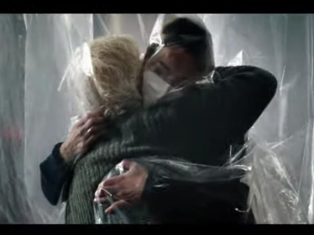 Vaccini, video spot choc di Conte/ Gli abbracci al cellophane (e col senso di colpa)