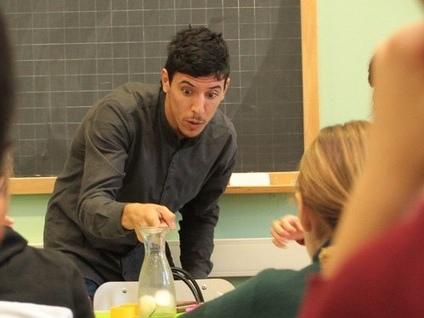 Il maestro disegna le parole nell'aria E tutta la classe parla la lingua dei segni