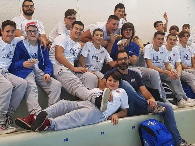 I giovani del Blugallery Team San Severino al cospetto dei campioni della pallanuoto a Bologna
