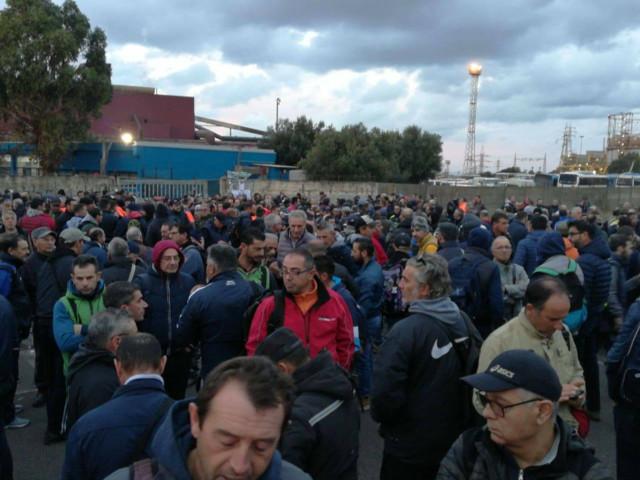 Siderurgico di Taranto: portinerie bloccate Prosegue il presidio, emergenza indotto. Arcelor Mittal interrompe lo spegnimento degli impianti. Mattarella: timore bomba sociale