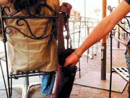 A cena in un ristorante, distraggono una coppia e gli rubano lo zaino: arrestati 2 algerini