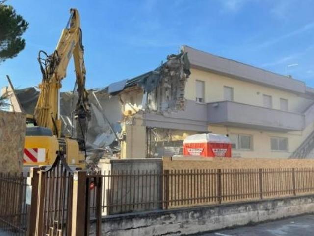 San Severino, iniziato l'abbattimento dell'edificio simbolo del terremoto