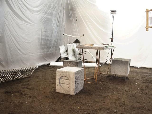 La carcassa del mostro. Giovane collettivo in mostra a Milano