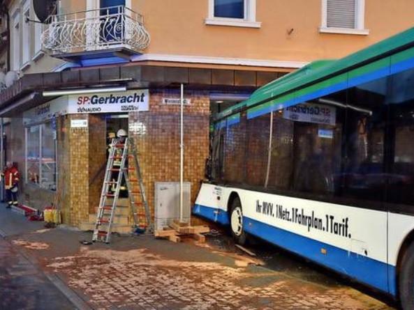 Germania scuolabus si schianta contro edificio: feriti almeno 43 bambini