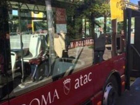 Pretende che l'autista dell'Atac fermi il bus sotto casa sua e spacca i finestrini: denunciato