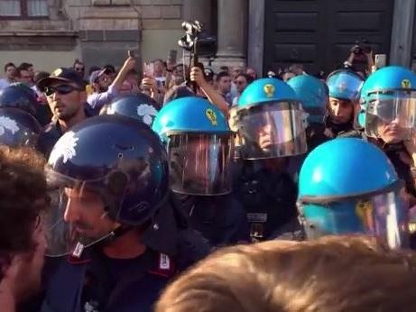 """Lo """"show"""" antagonista Prima contestano Salvini e poi accerchiano l'auto"""