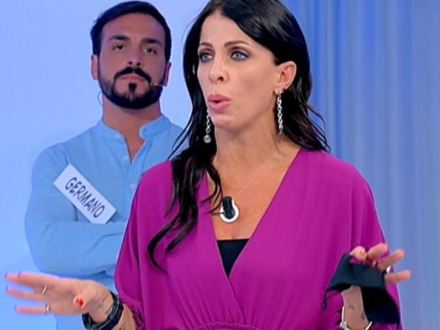 """Uomini e Donne, Aurora attacca Valentina: """"Se io devo uscire, tu cosa dovresti fare?"""""""
