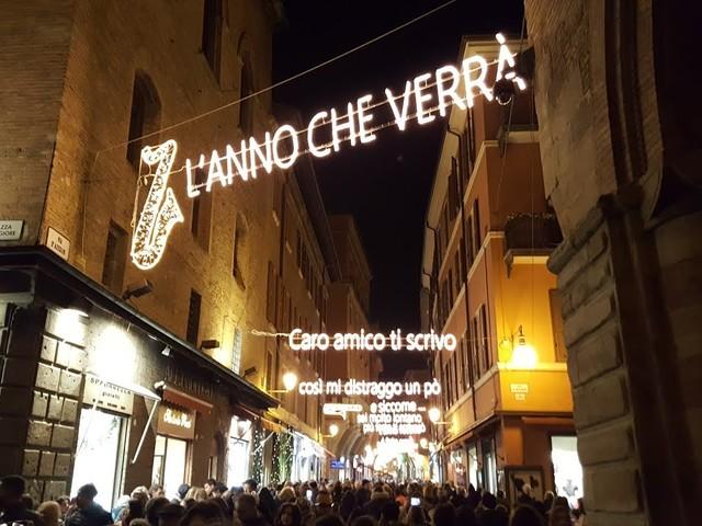 Bologna, luminarie Via d'Azeglio: dopo Lucio Dalla omaggio a Cesare Cremonini