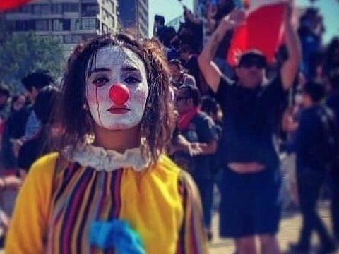 Daniela Carrasco trovata impiccata in Cile: l'artista di strada, nota col nome di El Mimo, non si sarebbe suicidata