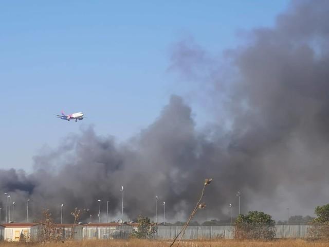 Fiamme nel campo rom La Barbuta: fumo e disagi all'aeroporto di Ciampino e sul Raccordo Anulare