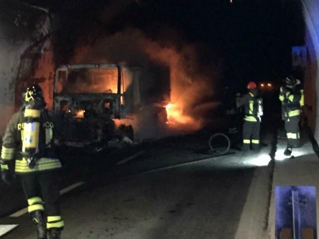 Savona, tir prende fuoco in galleria sulla A10: 32 persone intossicate. Illeso il conducente