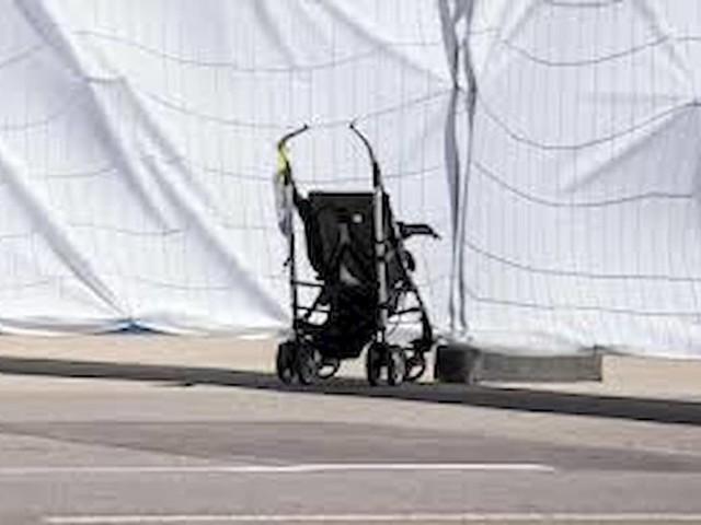 Passeggino finisce in strada, travolto da furgone: morto bimbo di 5 mesi