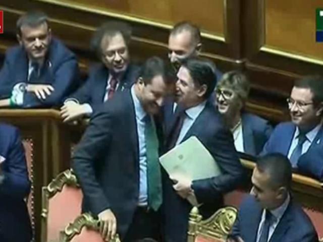 Crisi governo, Conte saluta tutti i ministri. Stretta di mano e sorrisi con Salvini