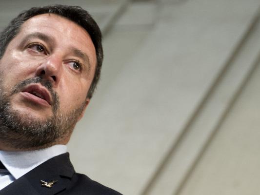 Scritte anti-Salvini su una chiesa di Bergamo, migranti le cancellano