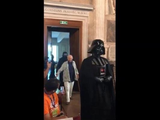 Piero Angela e Darth Vader, l'ingresso al convegno nel segno di Star Wars (VIDEO)