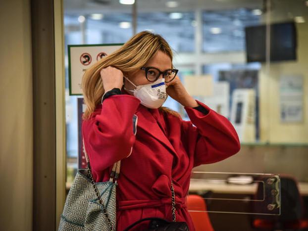 A Ferrara obbligo di mascherina in negozi, farmacie e uffici