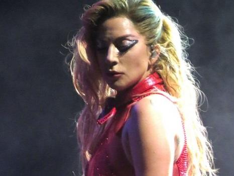 """Bando alla modestia, Lady Gaga si loda sul palco: """"Sono fottutamente talentuosa"""" (video)"""