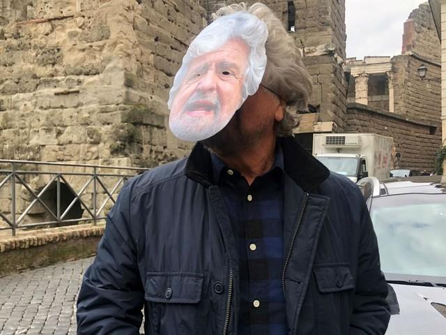 Grillo a Roma con la maschera di sé stesso