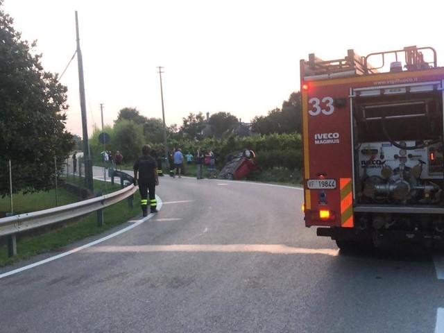 Fuoristrada con l'auto a Teolo, tre giovani feriti: uno è grave