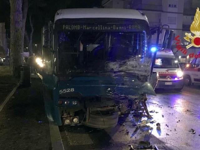 Scontro tra auto e bus a Tivoli, morti due ragazzi