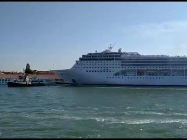 Venezia, nave da crociera investe battello: feriti e persone in acqua
