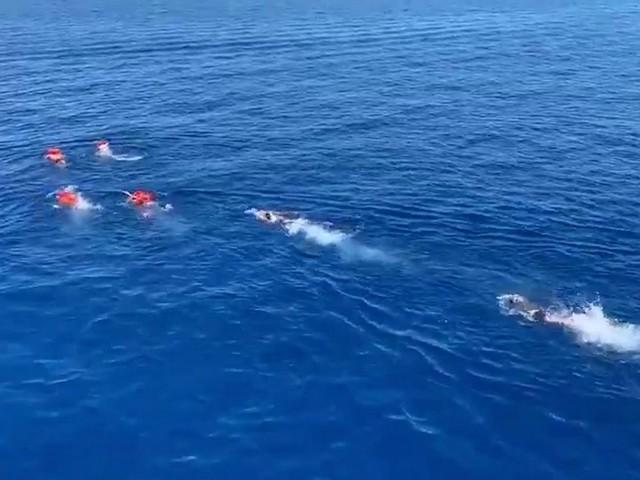 """Open Arms, migranti si buttano in mare. L'Ong: """"Non riusciamo più a contenere la disperazione"""""""