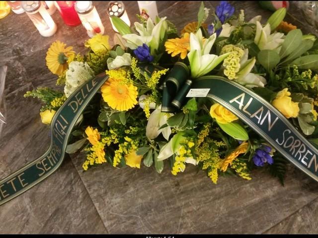 """I fiori di Alan Sorrenti per i due poliziotti uccisi a Trieste: """"Sarete sempre figli delle stelle"""""""