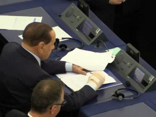 Strasburgo, Berlusconi in aula con la mano destra bendata