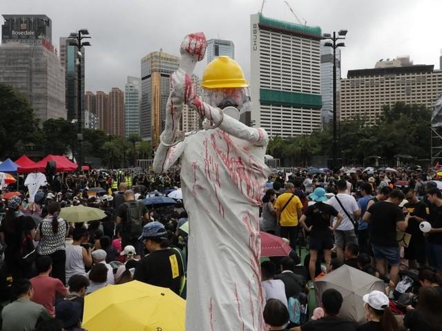 """Hong Kong, Twitter e Facebook accusano la Cina: """"Centinaia di migliaia di account falsi per screditare la protesta"""""""
