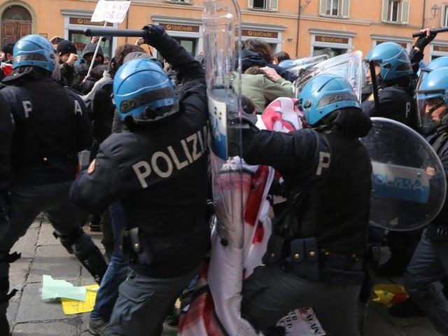 Scontri a Bologna tra polizia e antagonisti, sgomberato il presidio contro Forza Nuova