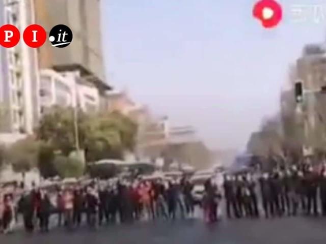 I medici cinesi tornano a casa dopo aver sconfitto il Coronavirus: tutta Wuhan applaude e ringrazia   VIDEO