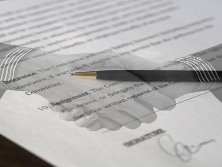 La clausola vessatoria illeggibile è valida se sottoscritta dal contraente