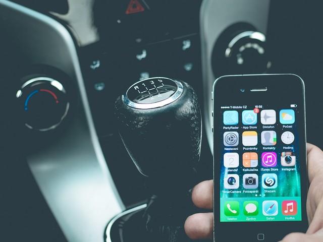 Genova dichiara guerra a chi usa il cellulare mentre guida