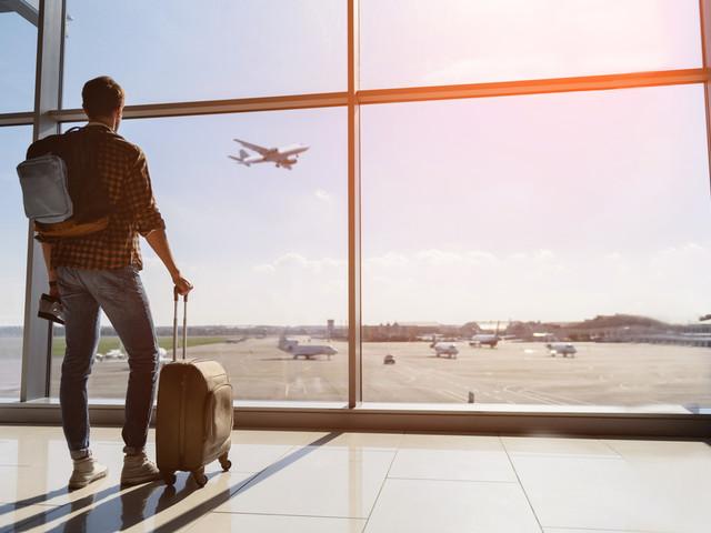 Risparmiare sui voli: dalle prenotazioni low cost ai parcheggi, tutti i consigli