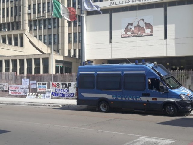 """Sit-in dei No Tap davanti alla Procura: """"Permessi illegittimi ma cantiere aperto. Perché?"""""""