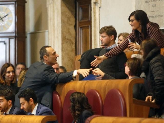"""Campidoglio, Marcello De Vito torna in aula e si siede nello scranno da presidente. """"Dove eravamo rimasti?"""""""