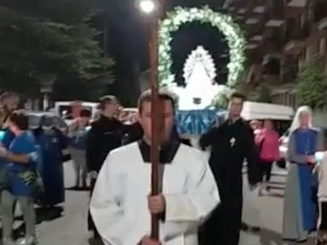 """Torino, per le vie della città con la statua della Madonna. La processione è surreale: """"Chi non salta non è di Maria, eh, eh!"""""""