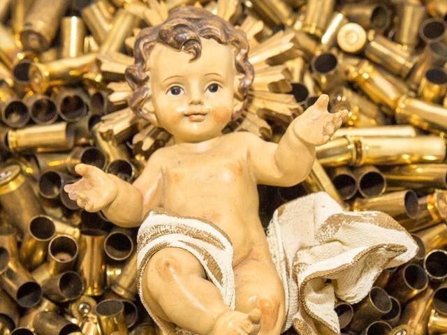 """""""Denunciamo il paradosso di chi viene ucciso portando la pace"""". I francescani spiegano il Gesù Bambino tra i bossoli"""