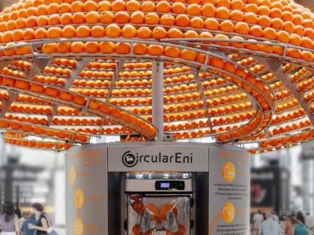Economia circolare: nel juice bar sperimentale di CRA ed Eni, le bucce delle arance si trasformano in bicchieri per la spremuta