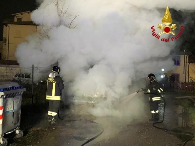 Prende fuoco un camioncino della frutta a San Giovanni, nessuna persona ferita