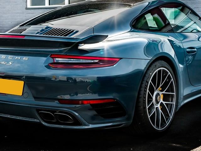 Compra Porsche dagli arresti domiciliari e riceve il reddito di cittadinanza