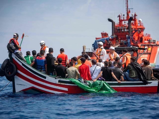 Migranti fermati in mare: spuntano coltelli. Gli sbarchi non si fermano, altri 100 arrivi