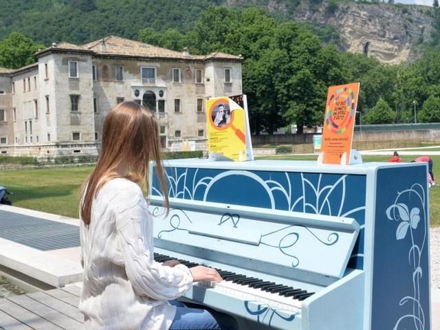 Il Festival nelle piazze e nelle vie di Trento insieme ai pianoforti decorati