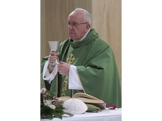 Papa a Santa Marta: avvicinarci a chi soffre, per restituire dignità