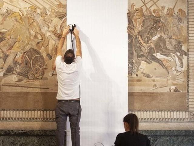 Le immagini del restauro del mosaico della 'Battaglia di Isso' a Pompei