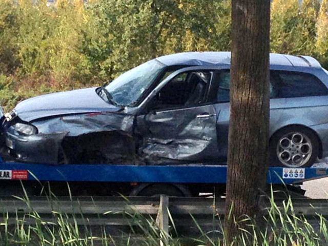 Auto invade la corsia opposta, poi lo schianto: uomo finisce in ospedale
